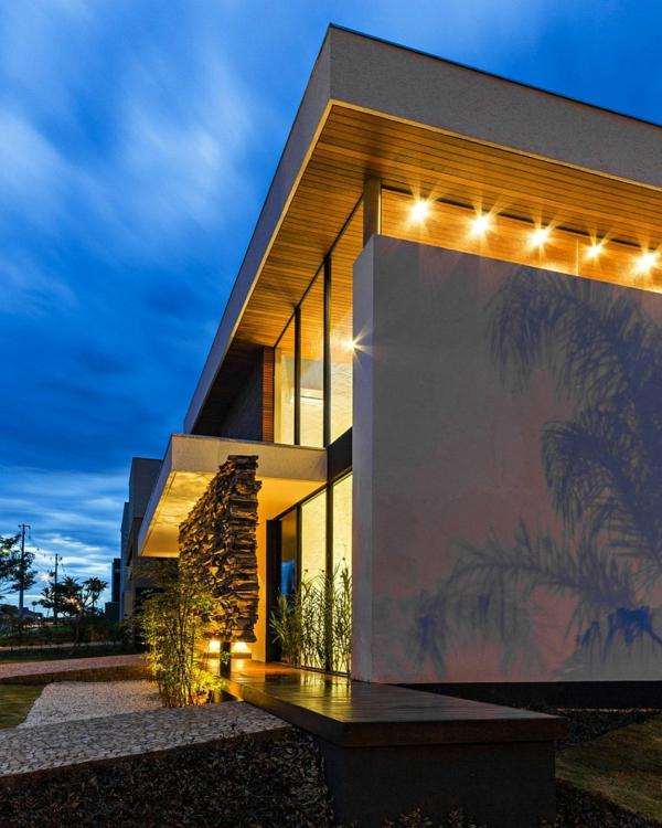 dvuetajna kashta moderna svetlini lampi eksterior fasada