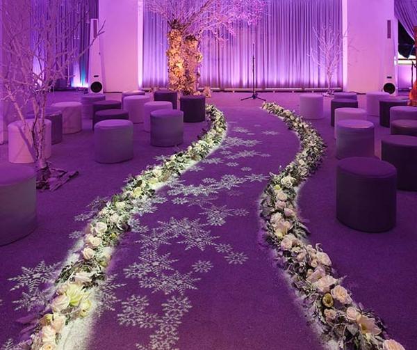 idei svatba dekoraciq bqlo lilavo cvetq stolove