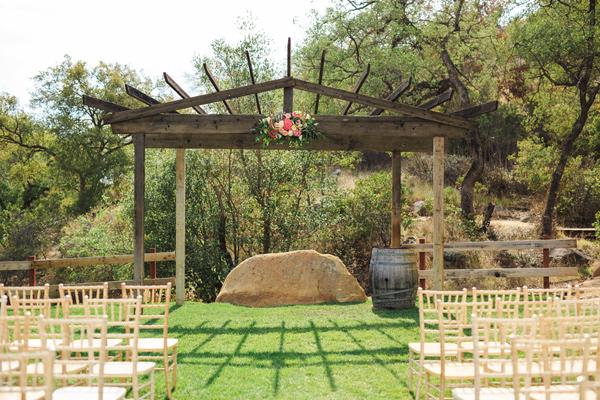 ideq za svatba retro stil fotografiq rancho treva polqna stolove