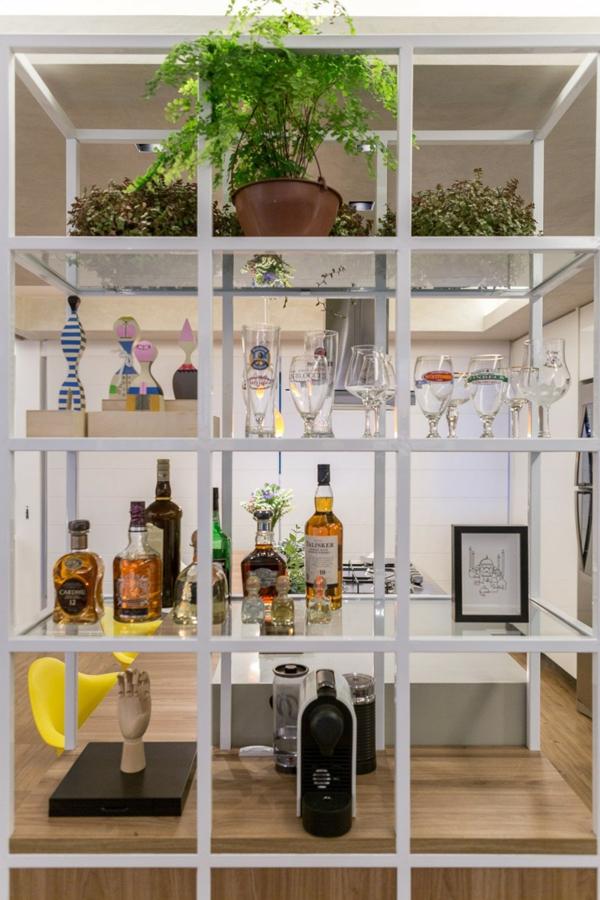 interior apartament etajerka obzavejdane kuhnq trapezariq