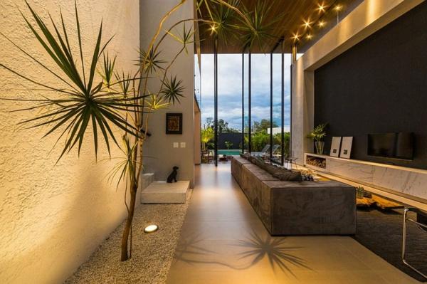 kashta moderna interior obzavejdane hol divan mramor darvo rasteniq prozorci