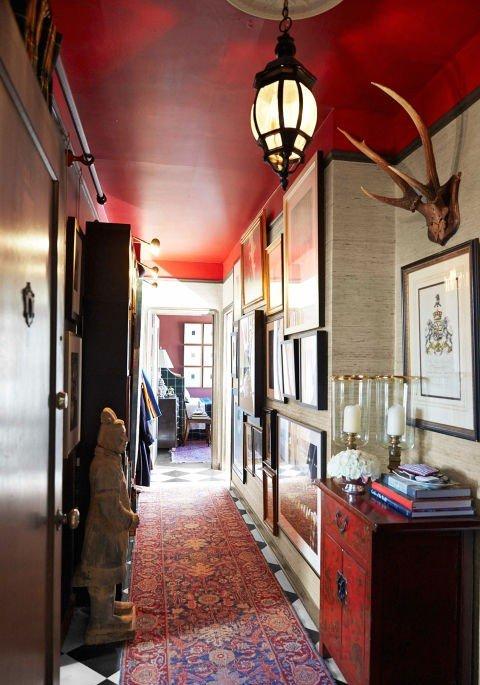 koridor dizain idei cherveno interior obzavejdane