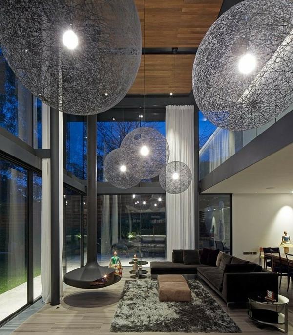 moderen dom hol interior obzavejdane divani polilei sivo