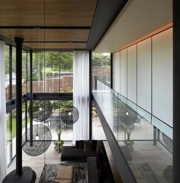 moderen dom hol obzavejdane polilei sivo divani