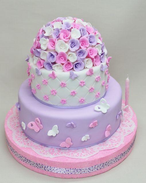торта за първи рожден ден на момиченце розово лилава на цветя и пеперуди
