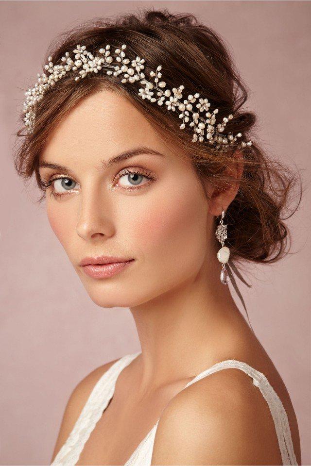 svatba bulchenska pricheska vdignata kosa diadema beli cvetq