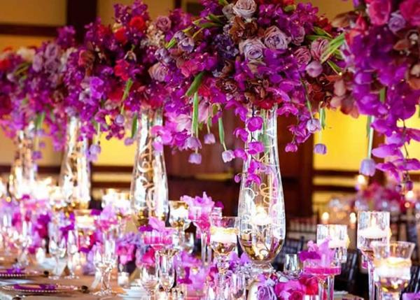 svatba idei dekoraciq lilavo cvetq masa