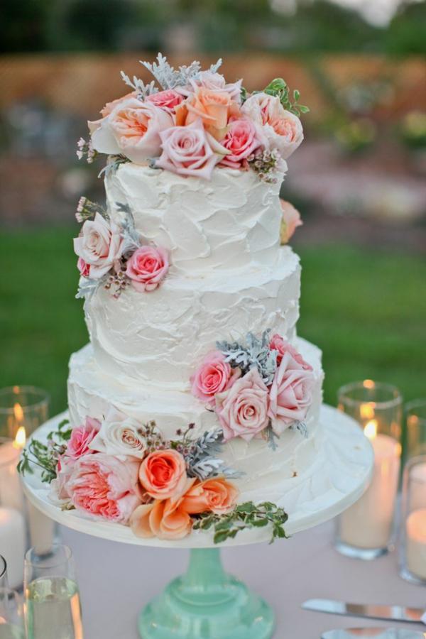 сватбена торта 2015 със свежи цветя за декорация