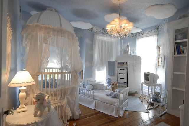 интериорен дизайн в детска стая момчета интериор бяло синьо таван
