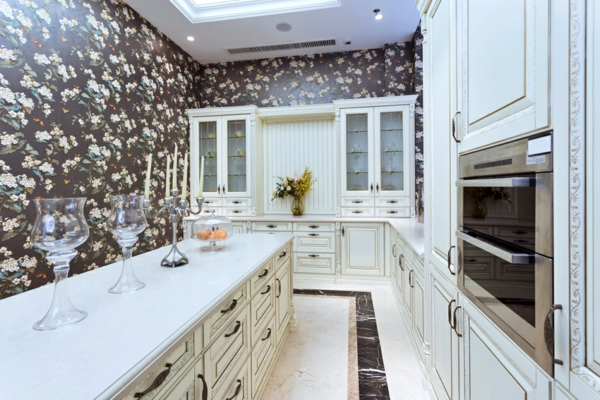 луксозен дизайн на кухня в бяло и тапети на цветя
