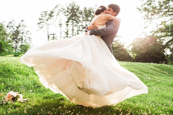 ideq za svatba v pastelni tonove na otkrito fotografiq