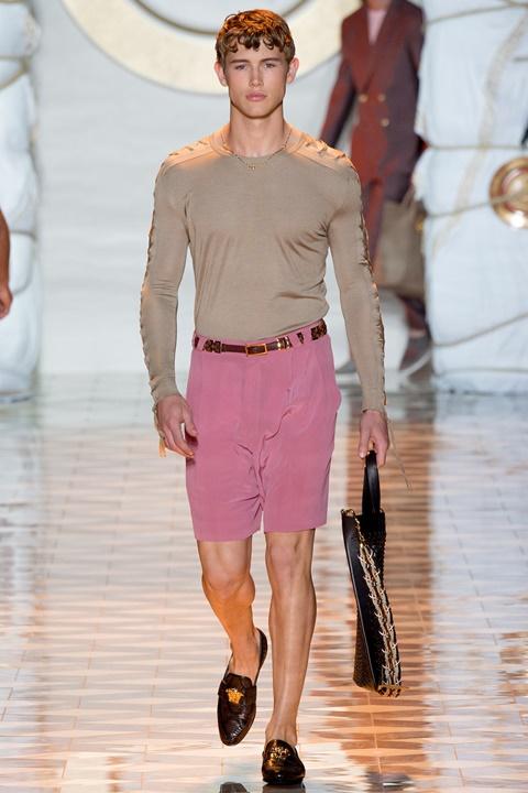 kaki bluza rozovi shorti majka moda