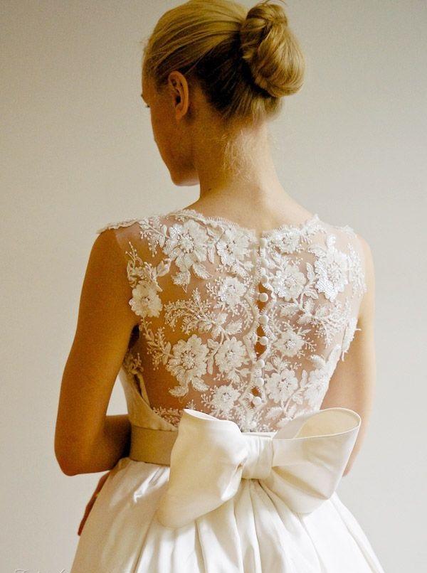сватбена рокля с панделка отзад