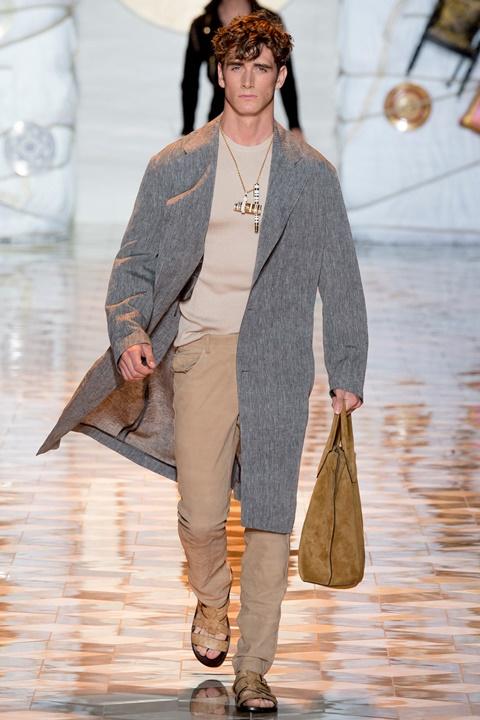 sivo palto bejov pantalon pulover
