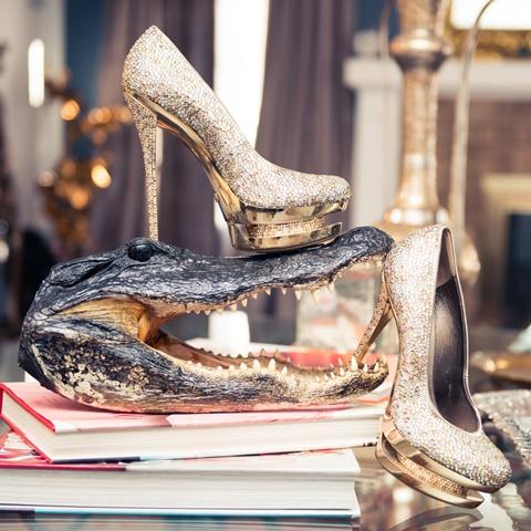 zlatni obuvki na visok tok