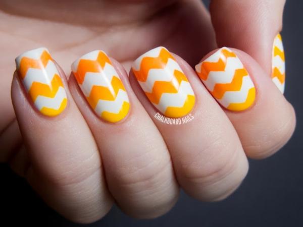 Летен маникюр в бяло и оранжево