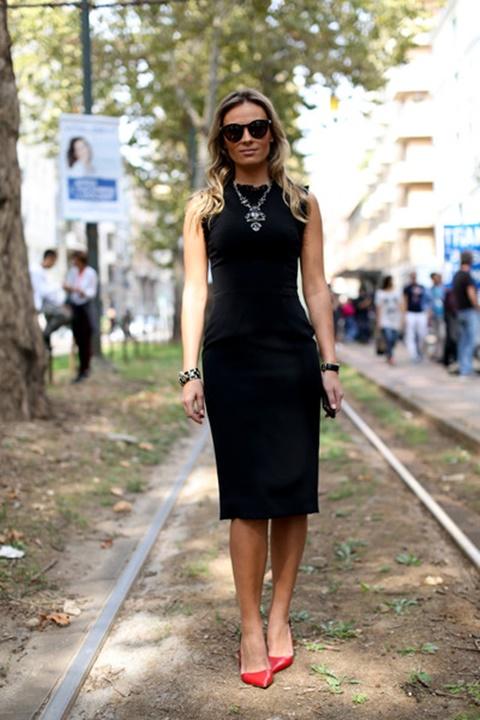 малка-черна-рокля-червени-обувки