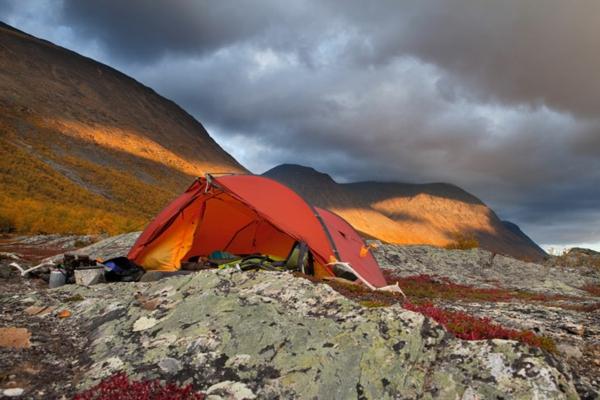 места които да посетите сами къмпинг палатка скали