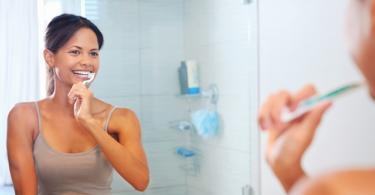 миене на зъби жена