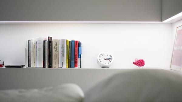 модерни-спални-интериор-идеи-бяло-рафт