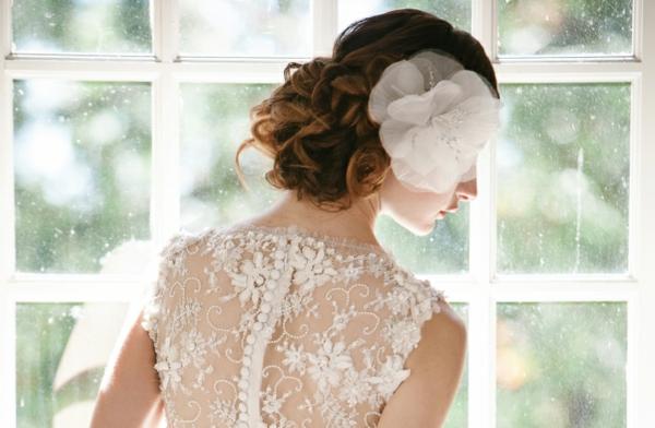 сватбени аксесоари коса бяло цвете
