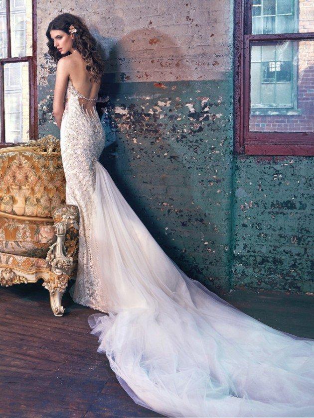сватбени-рокли-дантела-гол-гръб