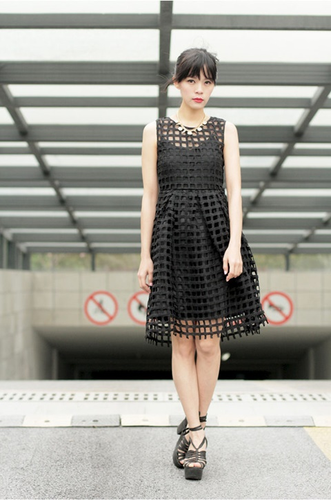стрийт-стайл-малка-черна-рокля-мрежа