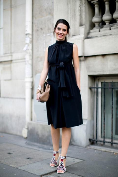 стрийт-стайл-малка-черна-рокля-сандали