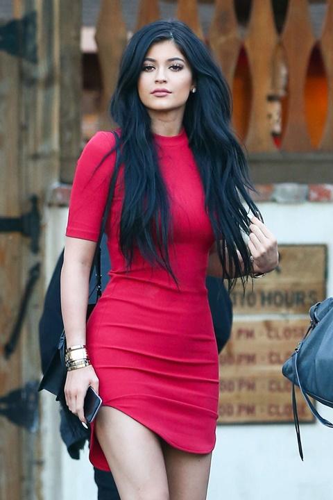 стрийт стайл червена рокля кайли дженър