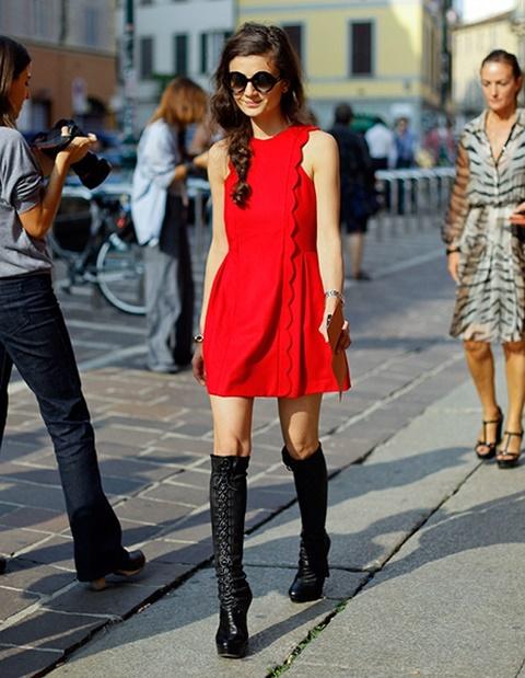 стрийт стайл червена рокля ботуши