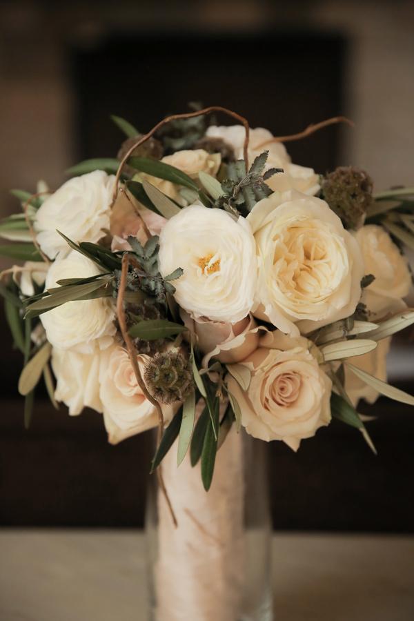 булчински букет от бели рози и божури