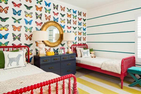 детска стая две момичета интериор стена пеперуди