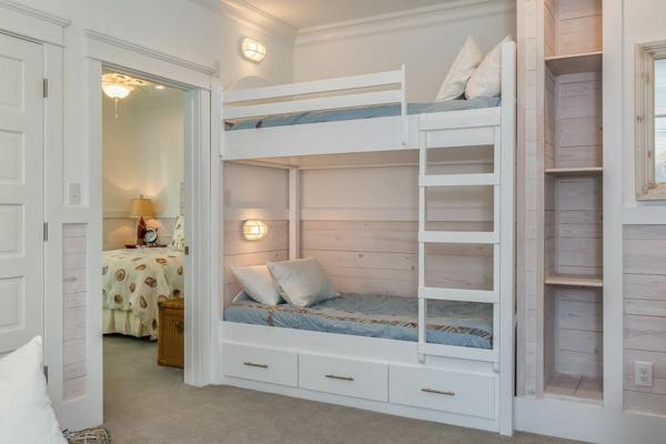 детска стая две момичета интериор двуетажно легло бяло
