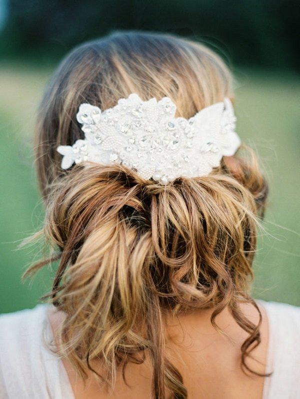 лятни сватбени прически с прибрана коса и аксесоар