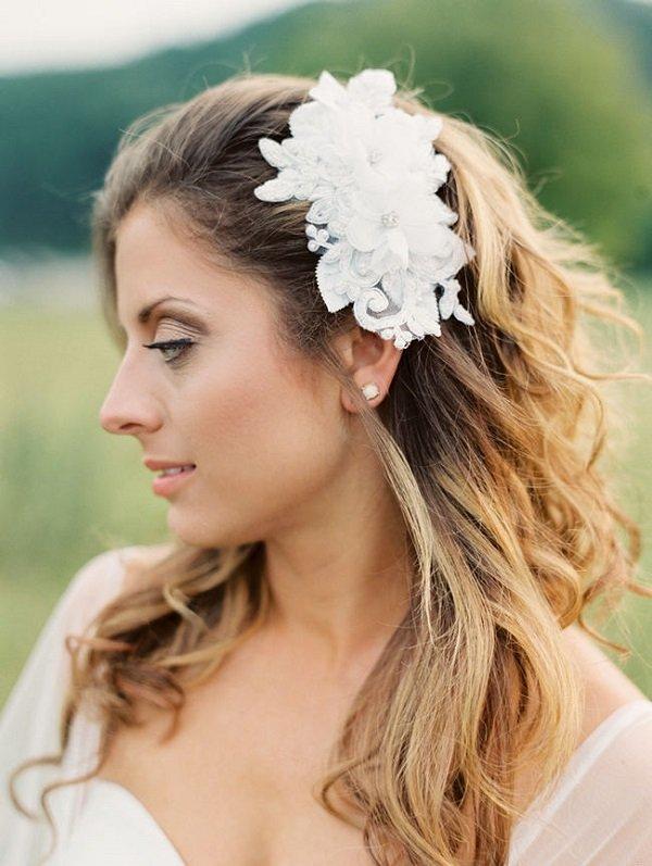 лятни сватбени прически с пусната коса и аксесоар цветя