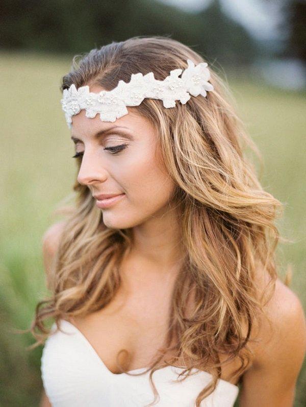лятна сватбена прическа с пусната коса и диадема
