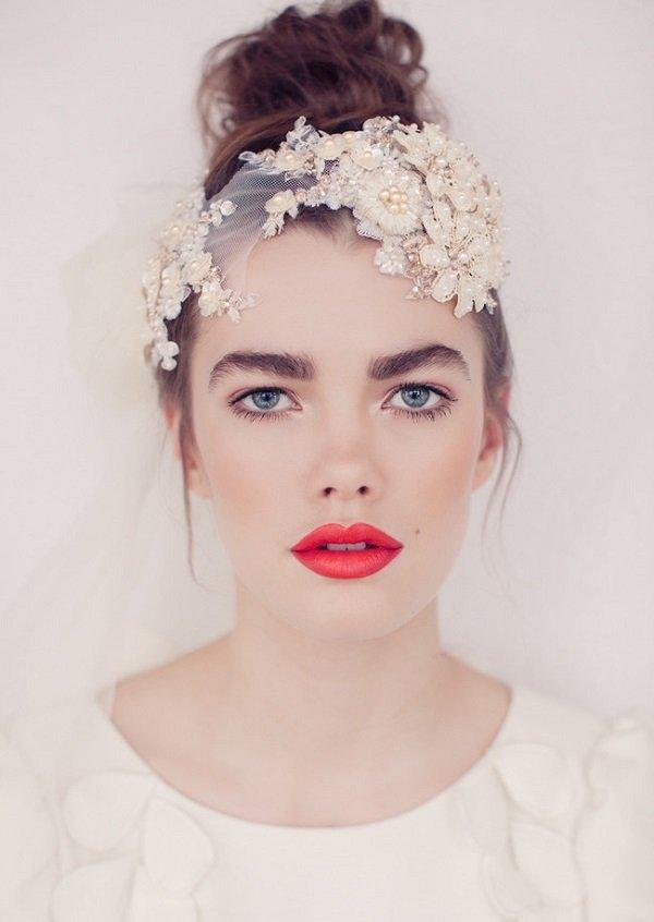 лятна сватбена прическа с прибрана коса и аксесоар
