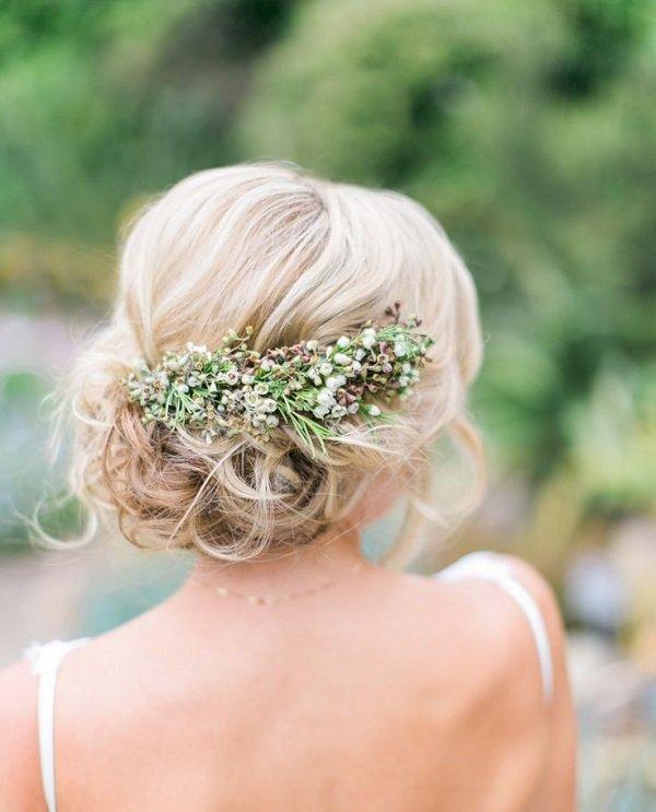 лятна сватбена прическа с прибрана коса и аксесоар цветя