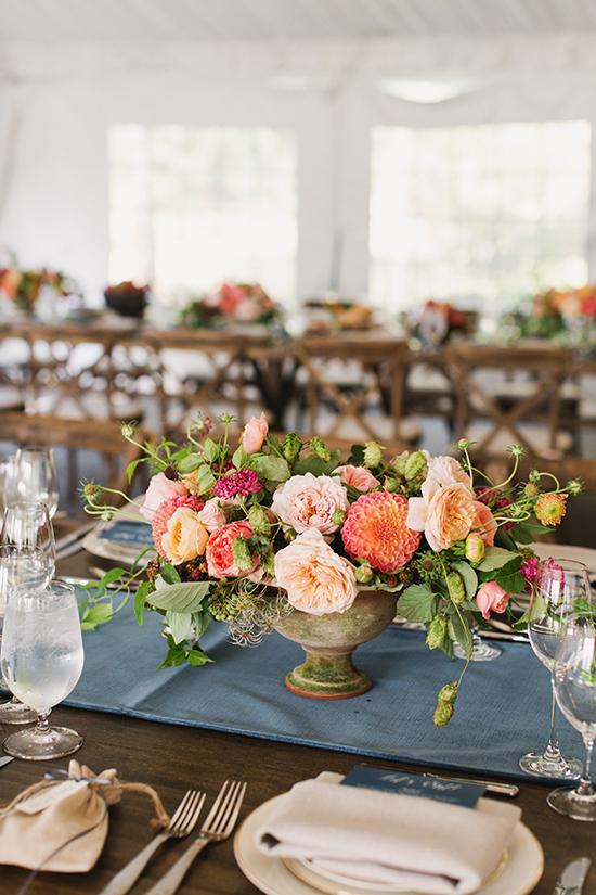 декорация на сватбена маса с цветя