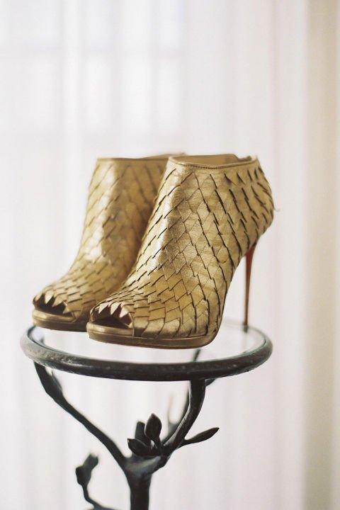 сватбени-обувки-златисти-боти