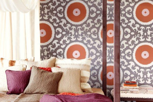 spalnq tapeti stena oranjevo dizain sivo kragove interior