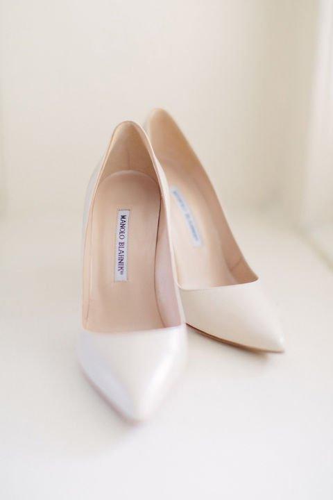 сватбени-обувки-бели-manolo-blanik