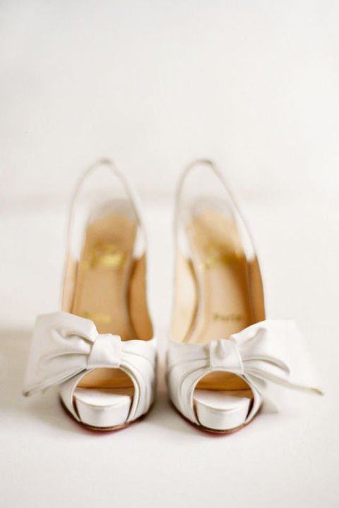 сватбени-обувки-бели-с-панделка