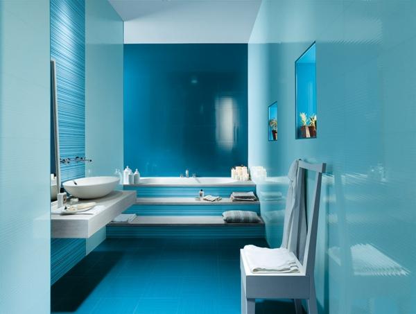 дизайн на баня бяло и синьо мивка интериор