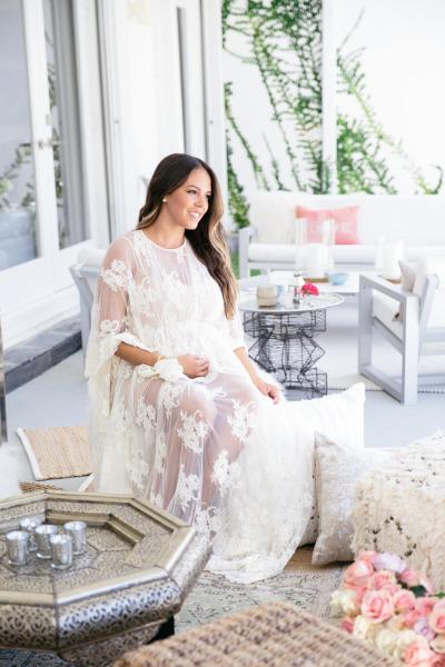идея бебешко парти бременна жена бяла рокля