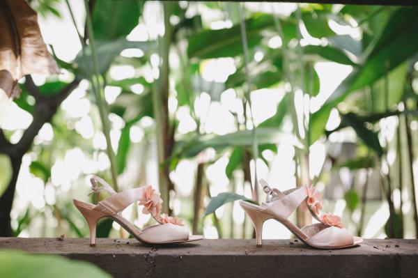 идея за рустик сватба край морският бряг сватбени обувки