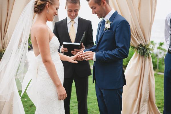 идея рустик сватба край морският бряг младоженци церемония