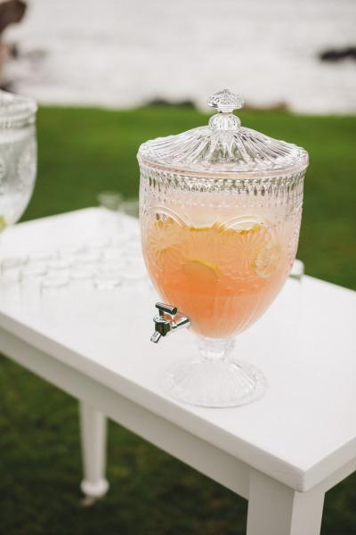 идея рустик сватба край морският бряг напитки