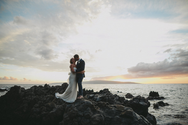 идея рустик сватба край морският бряг младоженци