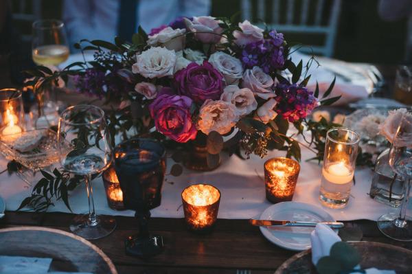 идея рустик сватба край морският бряг декорация свещи цветя